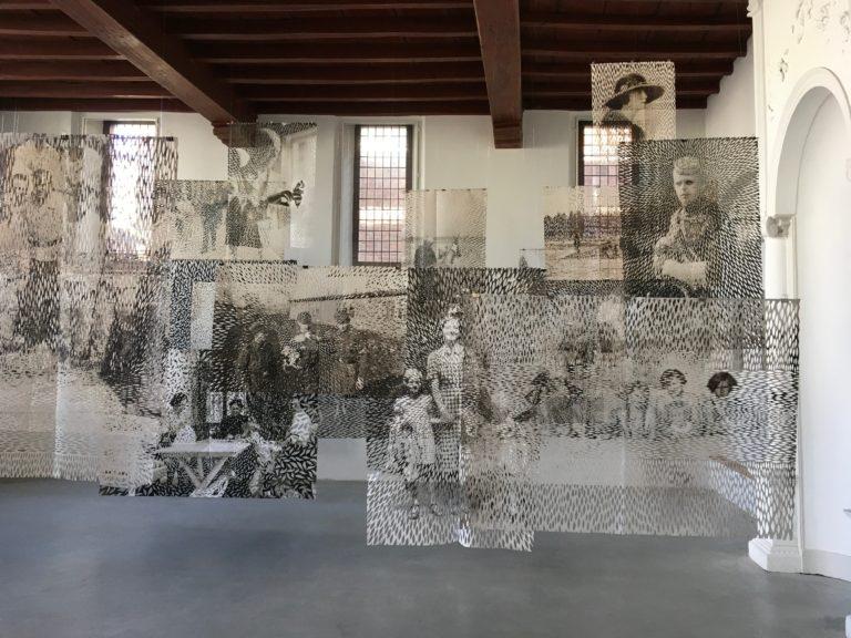 Postmemory Installationsbild i Dat Bolwerck, Zutphen, Holland Foto Elisabeth Moritz
